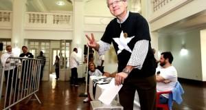 Carlos Eduardo Pereira vota em General Severiano: eleito o novo presidente do Botafogo (Foto: Satiro Sodré / SSpress)